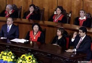 A magistrada Luisa Estella Morales (de vermelho), ladeada por Diosdado Cabello,  presidente da Assembleia Nacional (à esquerda) e Nicolás Maduro